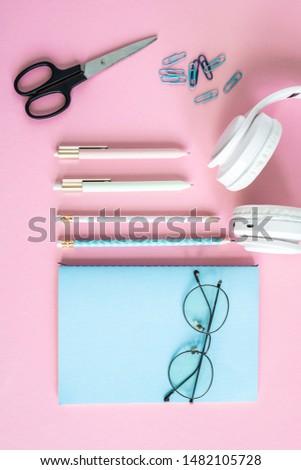 Stylos crayons ciseaux casque lunettes bleu Photo stock © pressmaster