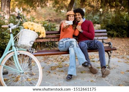 kochający · para · jesienią · parku · posiedzenia · ławce - zdjęcia stock © boggy