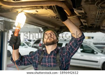 Fiatal szakállas szerelő munkaruha javít autó Stock fotó © pressmaster