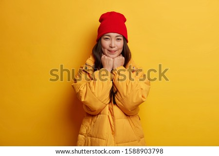 Horizontal coup belle femme rouge manteau mains Photo stock © vkstudio