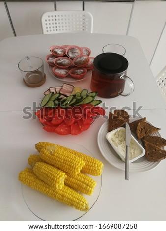 Gekookt mais tomaten komkommers toast grijs Stockfoto © ElenaBatkova