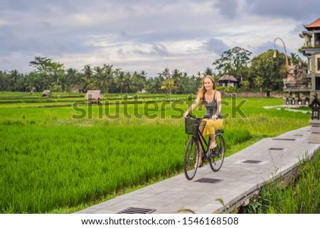 Jonge vrouw fiets rijstveld bali reizen meisje Stockfoto © galitskaya