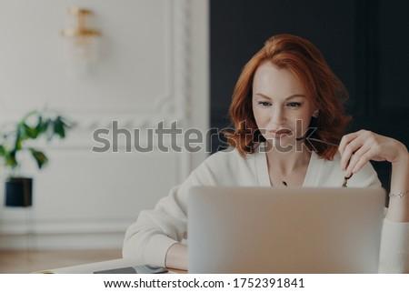 Foto ernstig vrouw journalist geconcentreerde Stockfoto © vkstudio