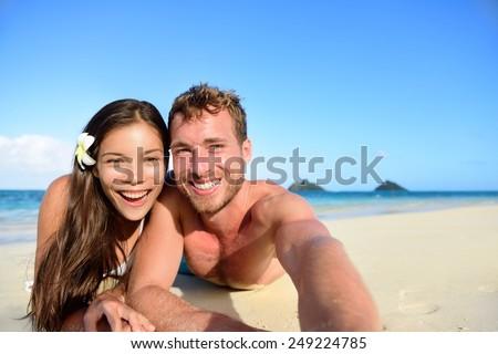 Paar Hawaii strandvakantie foto's smartphone Stockfoto © Maridav