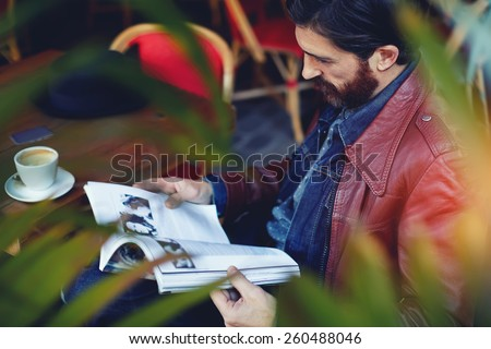Imagem homem potável café leitura Foto stock © deandrobot