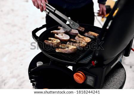 Homem grelhar delicioso peixe portátil churrasco Foto stock © Illia