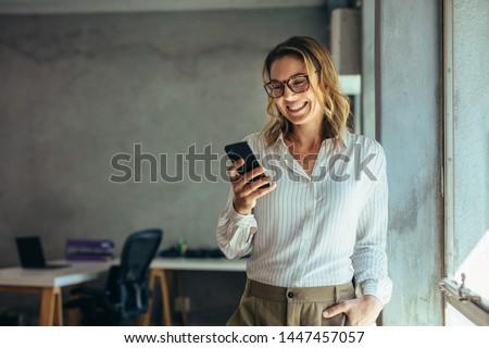 Mujer teléfono móvil mano sonrisa feliz pelo Foto stock © photography33