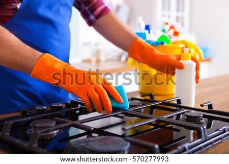 Adam temizlik mutfak genç fırın ayarlamak Stok fotoğraf © Yatsenko