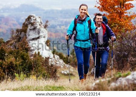 Gelukkig meisje wandelaar lopen berg pad backpacker Stockfoto © blasbike
