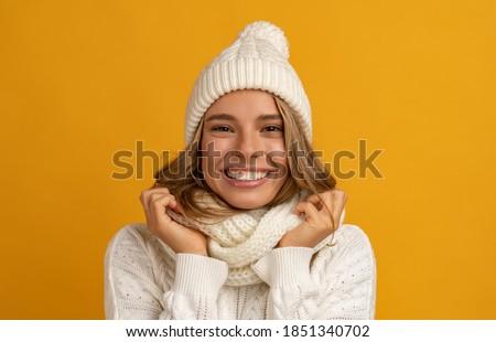 Cute excité femme écharpe chapeau Photo stock © deandrobot