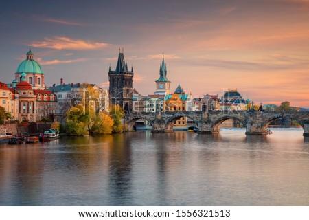 Praga famoso mojón puente iluminación agua Foto stock © Taiga