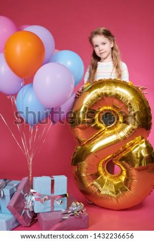 Aranyos kislány tart arany léggömb űrlap Stock fotó © pressmaster