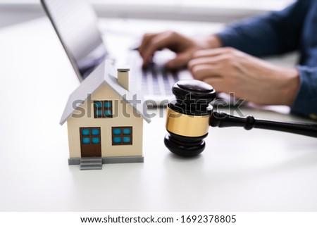 Casa modelo martillo empresario usando la computadora portátil Foto stock © AndreyPopov