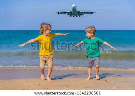 Twee gelukkig jongens leuk strand kijken Stockfoto © galitskaya