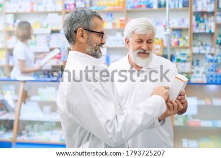 Widok z boku starszy człowiek patrząc muzyka recepta Zdjęcia stock © wavebreak_media
