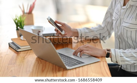 Handen meisje smartphone tabel Stockfoto © pressmaster