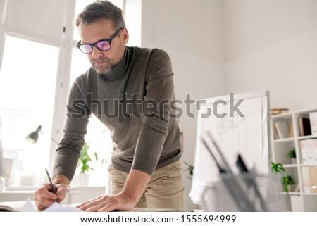 Mérnök görbület papírok rajz új iroda Stock fotó © pressmaster