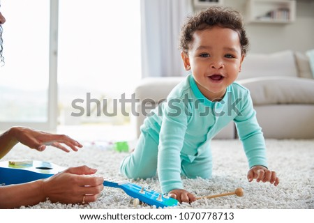 Gelukkig kruipen baby jongen halfbloed ouders Stockfoto © feverpitch