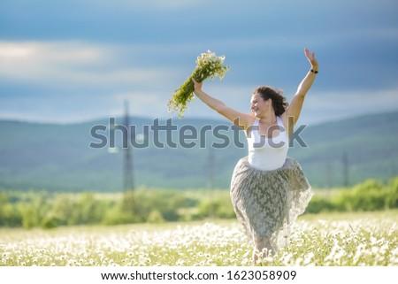 Jonge vrouw 30 jaar oude rok madeliefjes veld Stockfoto © ElenaBatkova