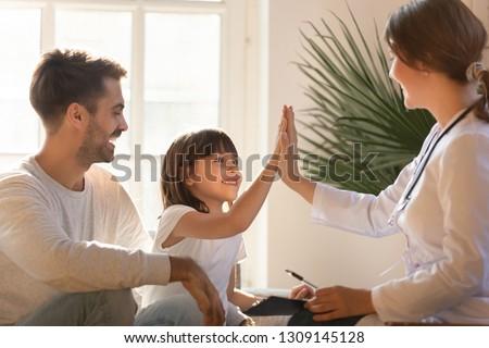 Mulher pediatra consulta pequeno menina falar Foto stock © vkstudio