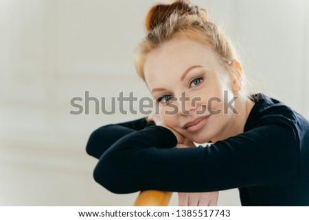 Shot zachwycony czerwony kobiet uzupełnić Zdjęcia stock © vkstudio