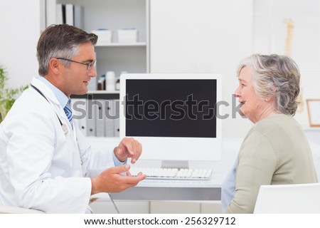 Vue de côté médecin de sexe masculin travail ordinateur clinique Photo stock © wavebreak_media