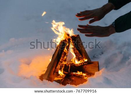Irriconoscibile maschio mani fuoco foresta freddo Foto d'archivio © vkstudio