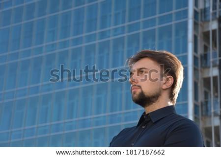 Buiten knap jonge mannelijke ondernemer Stockfoto © vkstudio