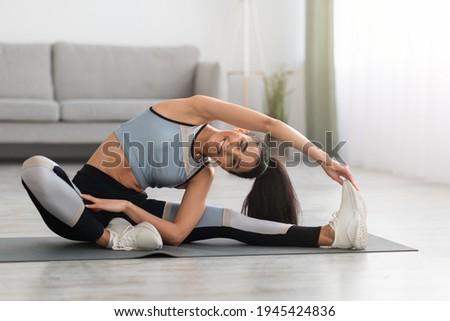 Immagine fitness bruna donna abbigliamento sportivo toccare Foto d'archivio © deandrobot