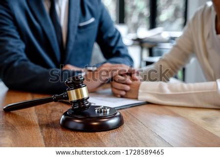Twee gouden trouwring hamer huwelijk echtscheiding Stockfoto © Freedomz