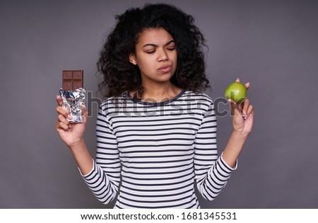 Iyi görünümlü kadın çikolata elma ayakta Stok fotoğraf © wavebreak_media