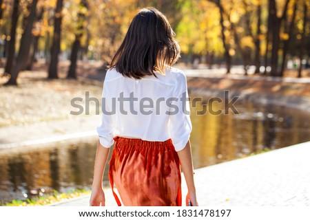 Bella donna lungo capelli castani primo piano ritratto moda Foto d'archivio © deandrobot