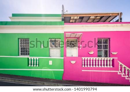 Foto hermosa puerta uno edificios soleado Foto stock © Massonforstock