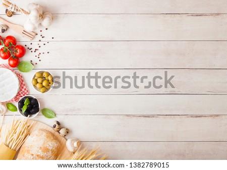 Caseiro espaguete macarrão ovos garrafa molho de tomate Foto stock © DenisMArt