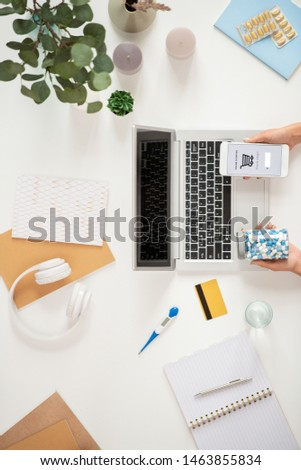 Kilátás emberi kezek tart bögre tabletták Stock fotó © pressmaster