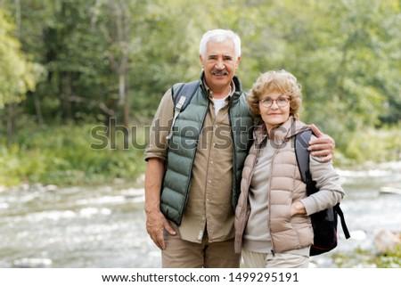 Gelukkig volwassen mannelijke wandelaar vrouw Stockfoto © pressmaster