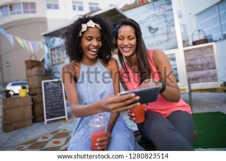 Boldog barátok mobiltelefon étel teherautó üzlet Stock fotó © wavebreak_media