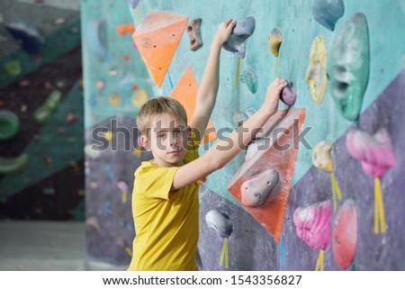 Actif écolier jaune tshirt artificielle roches Photo stock © pressmaster