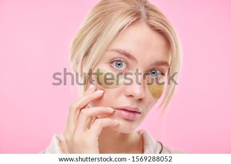 Atrakcyjny blond kobieta dotknąć twarz Zdjęcia stock © pressmaster