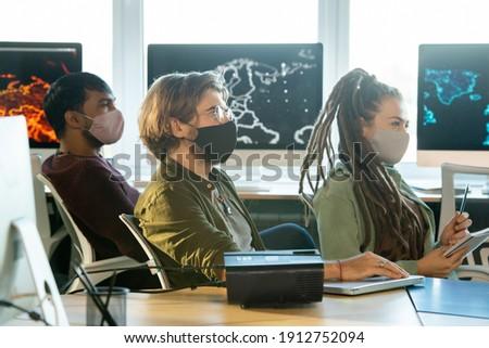 Fiatalember ül asztal beszél új fekete Stock fotó © pressmaster