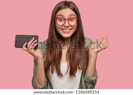счастливым женщину привлекательный посмотреть современных сотового телефона Сток-фото © vkstudio