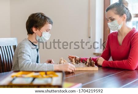 Moeder kid coronavirus crisis spelen schaken Stockfoto © Kzenon