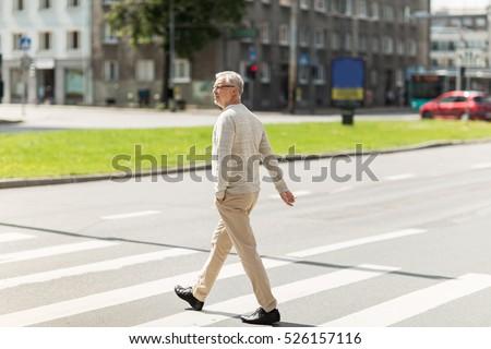 Starszy człowiek spaceru miasta przejście dla pieszych wypoczynku Zdjęcia stock © dolgachov