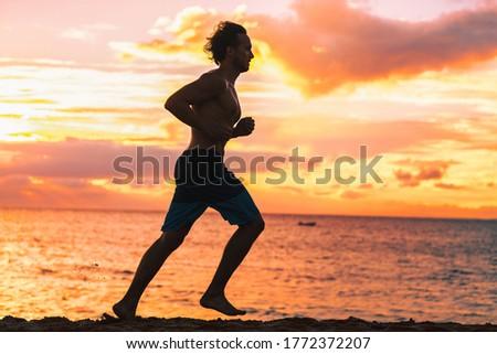 Man atleet lopen topless shorts strand Stockfoto © Maridav
