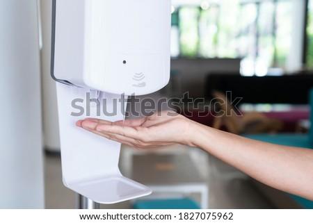 Lavage mains automatique Homme main Photo stock © Margolana