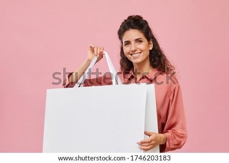 vásárló · nő · mutat · bevásárlószatyor · copy · space · mosolyog - stock fotó © wavebreak_media