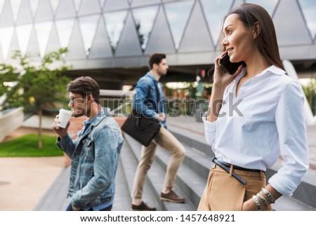 vrouw · mobieltje · lopen · straat · jonge · vrouw · centrum - stockfoto © vlad_star