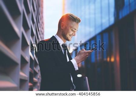Knap zakenman moderne business pak mobiele telefoon Stockfoto © stevanovicigor