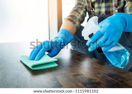 człowiek · tkaniny · czyszczenia · drewniany · stół · domu · szmata - zdjęcia stock © snowing