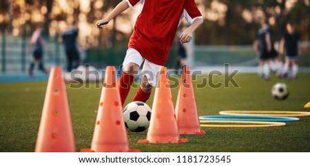 giovani · calci · soccer · ball · formazione · campo - foto d'archivio © matimix